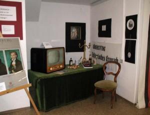 """Beim Stiftertag: Cranach wie er im Wohnzimmer """"hängt"""", zum Beispiel als Porzellan-Bild. Auf dem Wohnzimmertisch steht noch ein """"Cranach""""-Fernseher aus dem Jahr 1959, der VEB Rafena Werke Radeberg und ein Kaiserhöfer """"Lucas Cranach""""."""