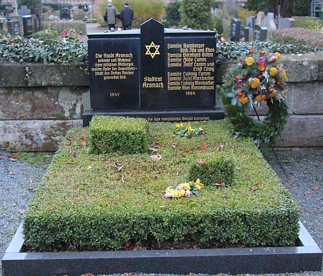 Aus Anlaß des Gedenkens an die Reichspogromnacht hatte der Aktionskreis Kronacher Synagoge am 9. November 2014 (50 Jahre nach der Enthüllung des Denkmals für die Kronacher jüdischen Familen) zu einer Gedenkfeier auf den Friedhof eingeladen. Das Bild zeigt den Gedenkstein an diesem Tag.  (Foto Rainer Glissnik)