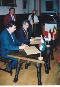Die Bürgermeister Zoltán Tóth  und Manfred Raum bei der Unterzeichnung der Partnerschaftsurkunde im historischen Rathaussaal.